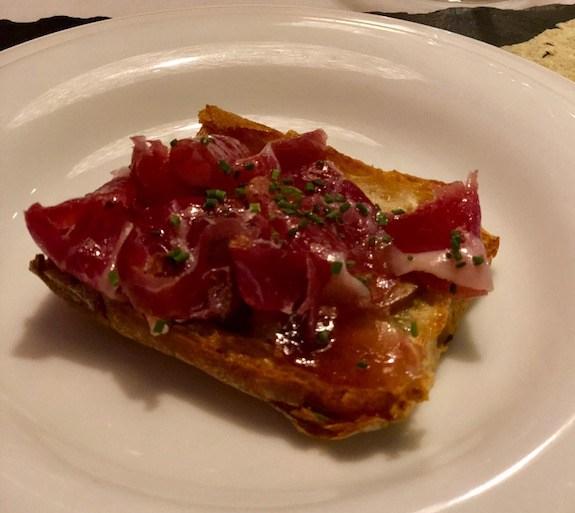 Pan de cristal con jamón ibérico y foie.